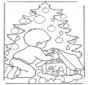 Junge beim Weihnachtsbaum